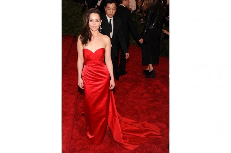 emilia clarke: in red (Ralph Lauren) per il…red carpet