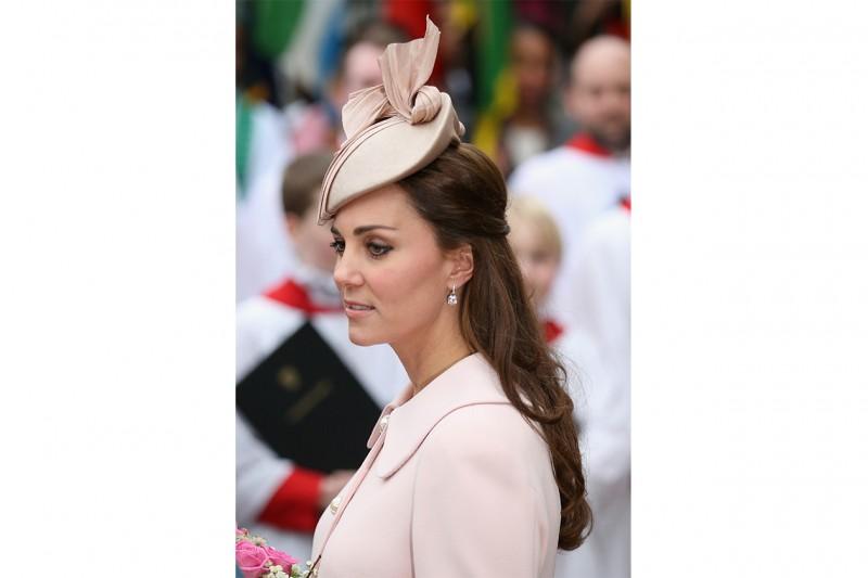 Kate Middleton capelli: semi raccolto con accessorio cipria