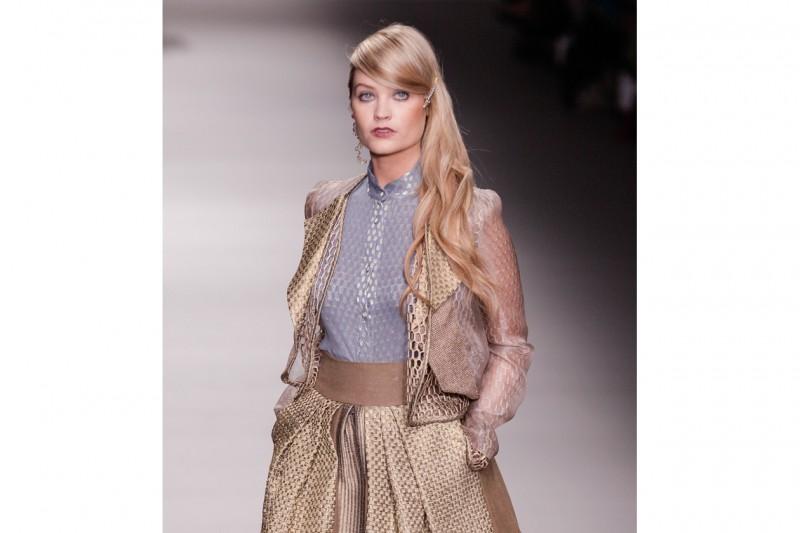 Laura Withmore capelli: lunghezze mosse e ciuffo laterale