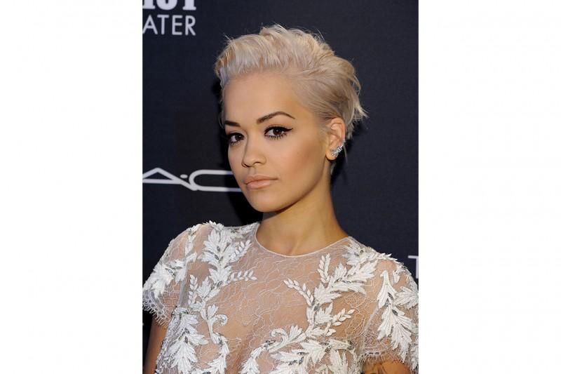 Rita Ora trucco: base nude e occhi in primo piano