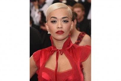 Rita Ora trucco: incarnato scolpito