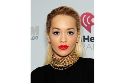 Rita Ora trucco: labbra rosso fuoco