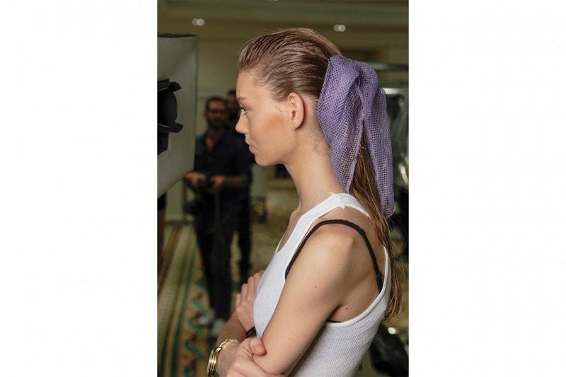 CAPELLI IN SPIAGGIA: coda con foulard