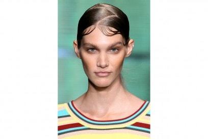 Capelli effetto bagnato: DKNY