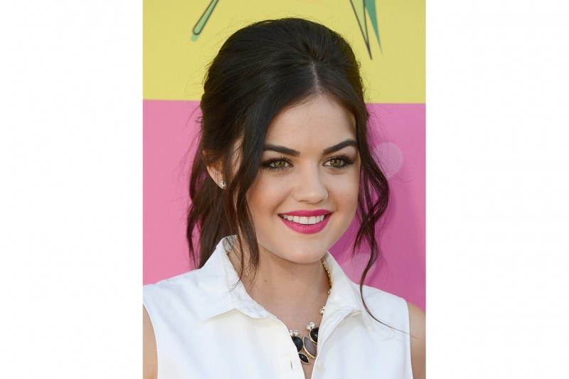 Lucy Hale beauty look: rossetto fucsia
