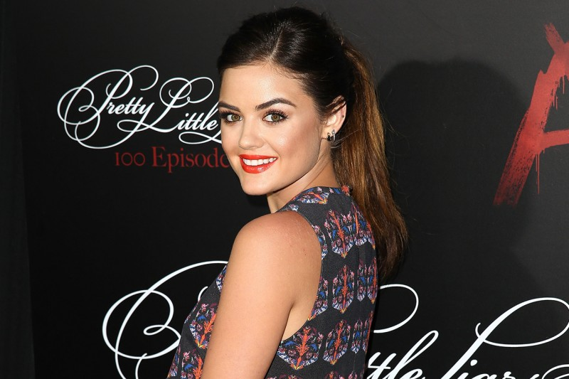 Lucy Hale beauty look: rossetto rosso