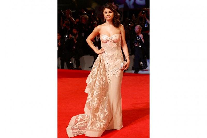 Selena Gomez: red carpet look in atelier versace