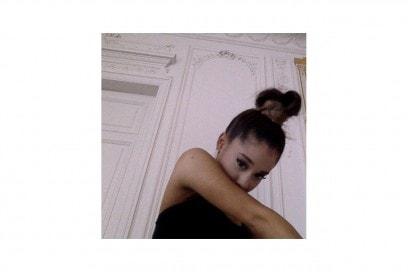 Ariana Grande capelli: chignon alto