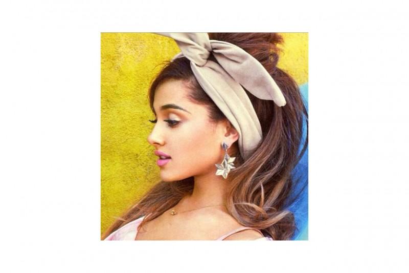 Ariana Grande capelli: fascia con fiocco