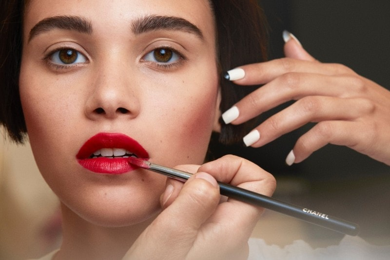 Chanel Haute Couture A/I 2015-2016: labbra e mani a contrasto