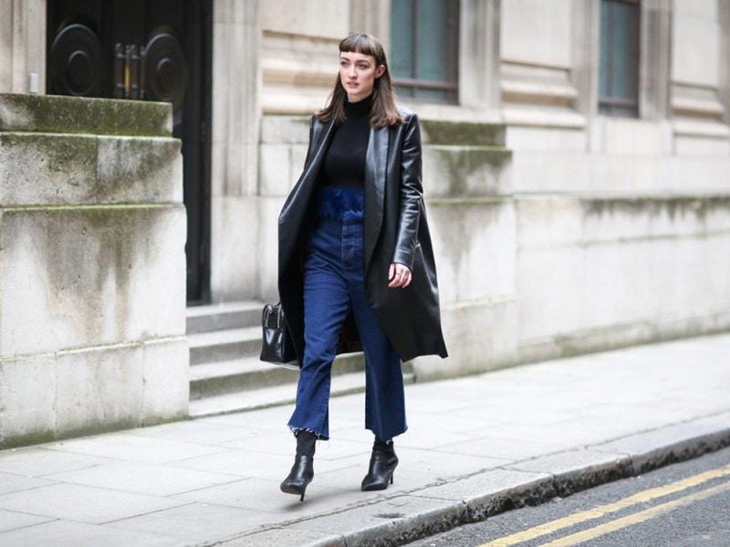 Street-style-giacca-in-pelle-e-jeans-con-orlo-a-vivo