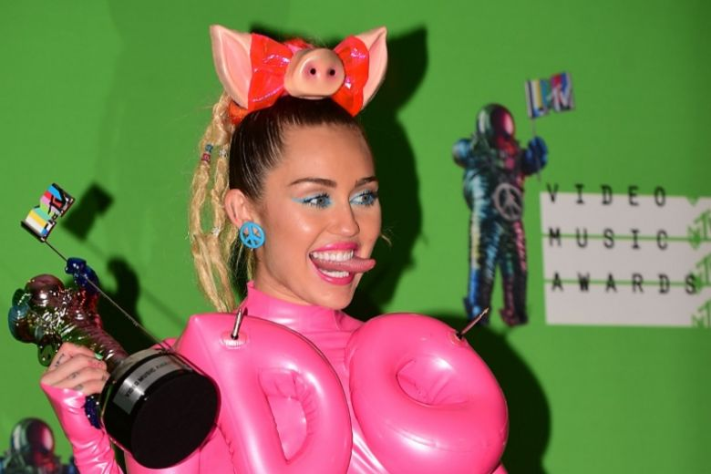 Miley Cyrus: i make up e le acconciature dei VMA 2015