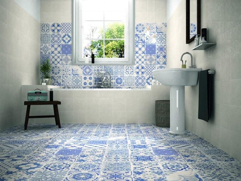 La ceramica bianca e blu