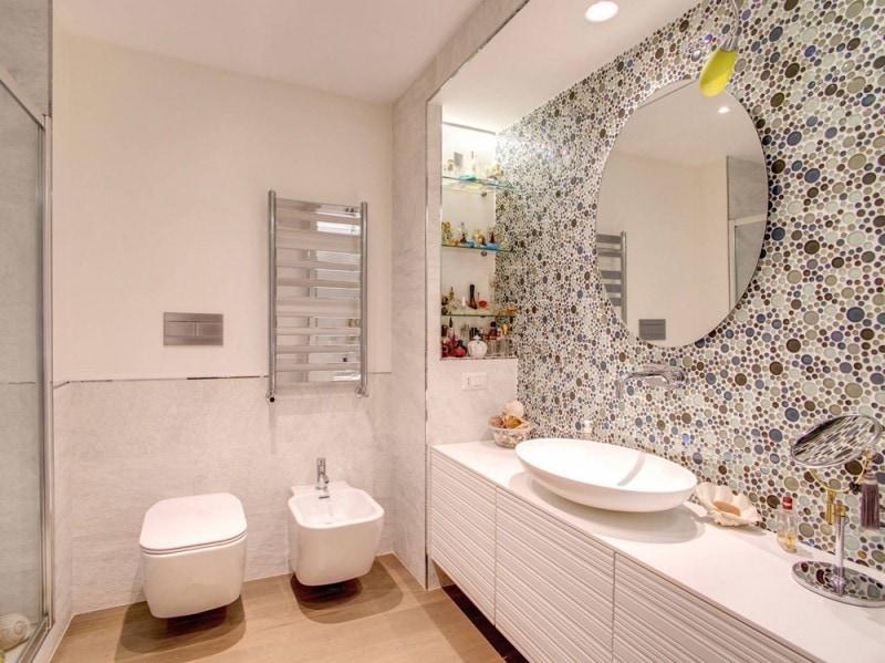 Bagno piastrelle bianche. esempio di una stanza da bagno con doccia