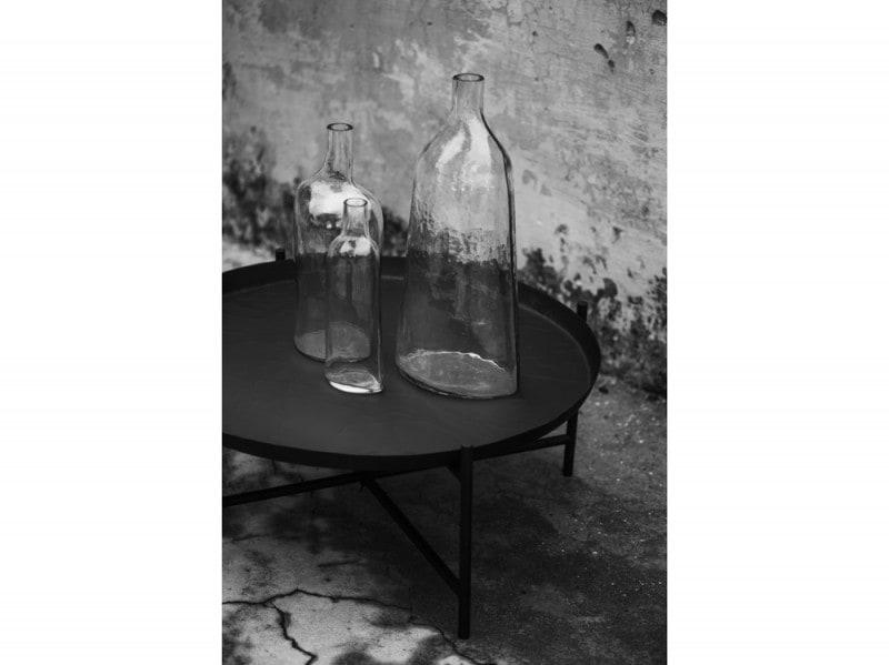 Tavolo e vasi della collezione Svartan