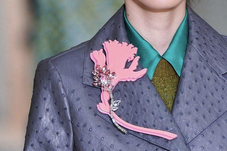 Trend alert: la spilla a fiore di Prada