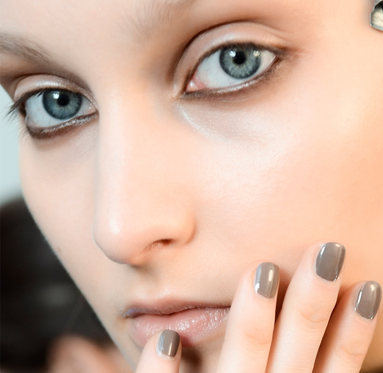 manicure-smalto-grigio-autunno-inverno-2015-2016-sfilata-Maison-Rabih-Kayrouz
