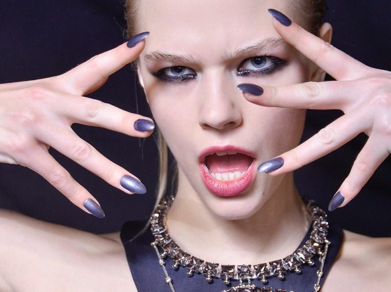 manicure-unghie-dark-autunno-inverno-2015-2016-sfilata-John-Richmond