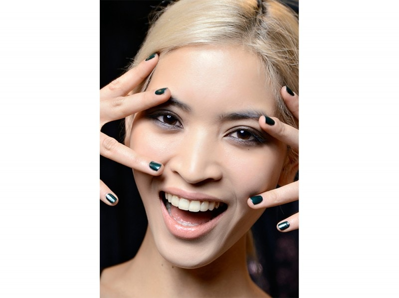 manicure-unghie-dark-autunno-inverno-2015-2016-sfilata-Nicole-Miller