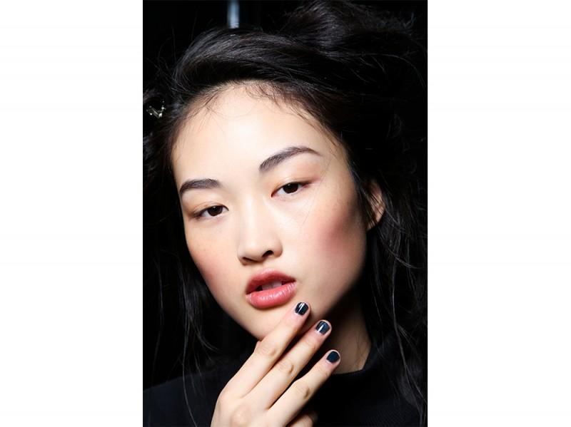manicure-unghie-dark-autunno-inverno-2015-2016-sfilata-Topshop-Unique