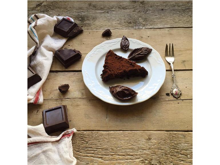 @ladrasanse – Torta al cioccolato fondente e mandorle e come decorazioni foglie di cioccolato