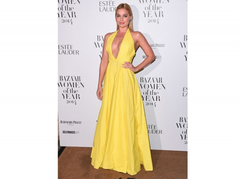 margot-robbie-rosie-assoulin-longdress-giallo