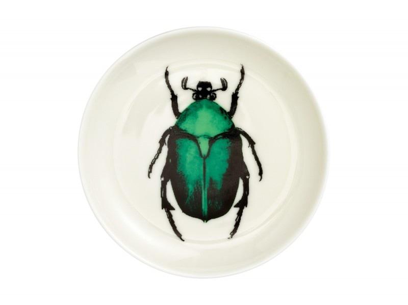 Il piatto è decorato con uno scarabeo smeraldo