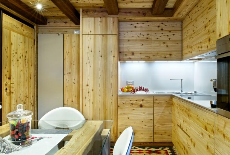 Un rifugio in legno sulle Dolomiti
