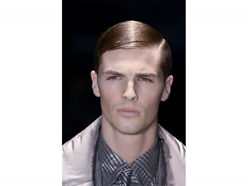 Taglio capelli corti uomo riga