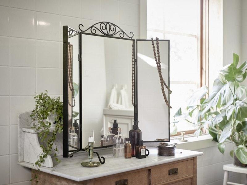 Sulla toilette lo specchio KARMSUND