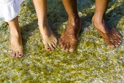 piedi nudi acqua