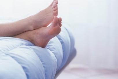 piedi nudi letto