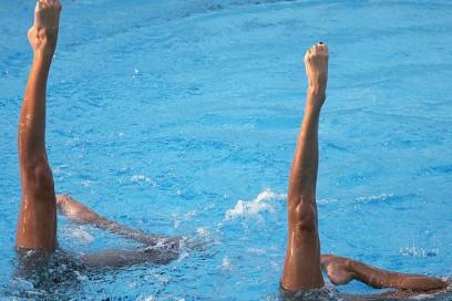 piedi nudi piscina nuoto