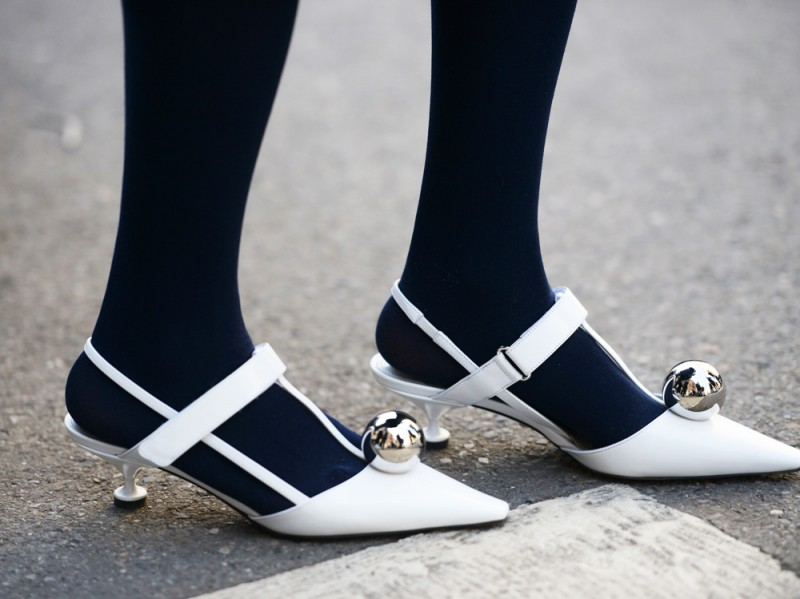 scarpe-bianche-calze-blu