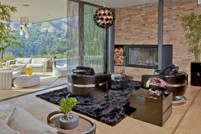 Gli interni moderni della villa a Beverly Hills