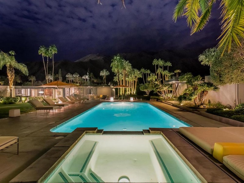 La piscina illuminata