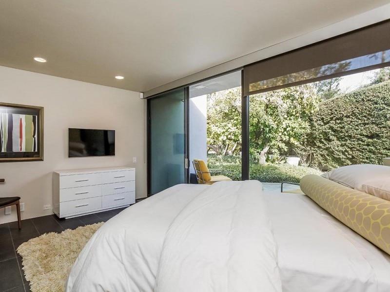 Una camera da letto con patio privato