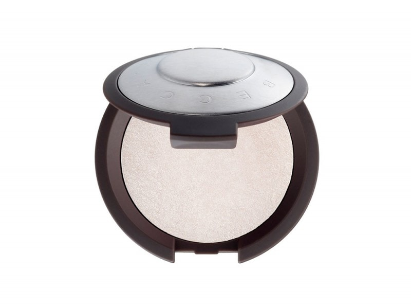 zendaya-make-up-Becca-Pearl-Shimmering-Skin-Perfector-pressed-Powder
