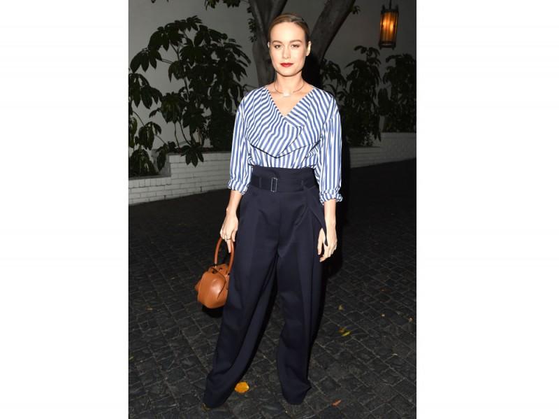 Brie Larson pantaloni e camicia a righe