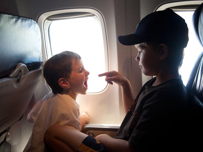 bambino grida aereo