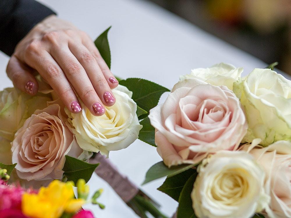 dior-polka-dots-manicure-tra-i-fiori