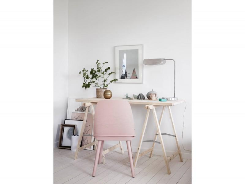 2-postazione-lavoro-da-casa-stile-scandinavo-colori-pastello-tavolo-cavalletti