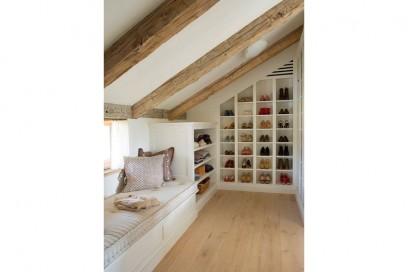 7.scarpiera-in-mansarda-mensole-in-legno