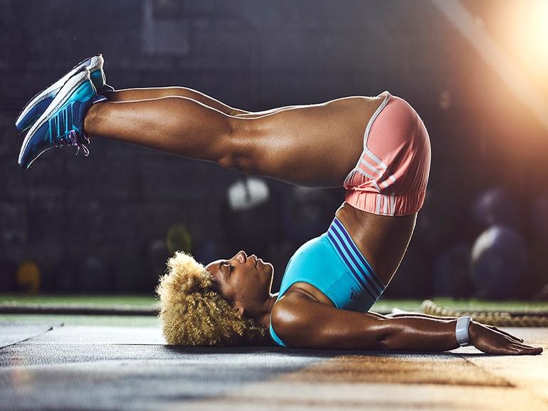 Variare-gli-esercizi-addominali-perfetti-crunch-braccia-lungo-il-corpo