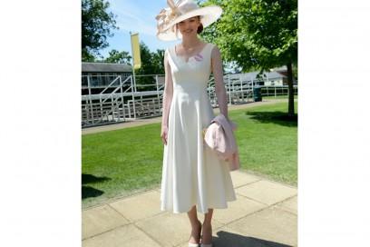 eleanor-tomlinson-abito-midi-bianco-cappello