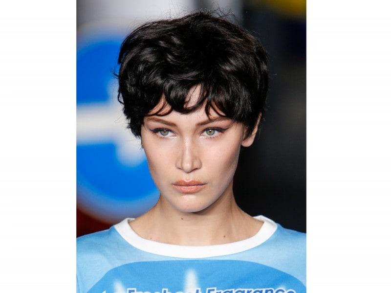 tagli-capelli-corti-estate-2016-Moschino_bty_W_S16_MI_007_2236646