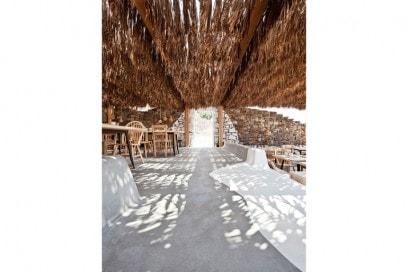 12.stile-grecia-interni-greece-style-patio-midollino-tavolo-sedie