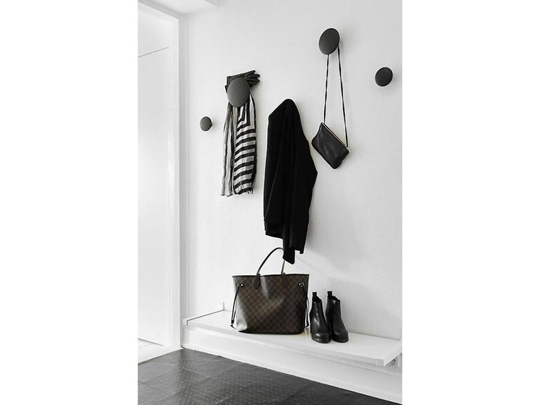 13.come-arredare-ingresso-idee-total-white-pois-a-parete-barra-porta-oggetti-reclinabile