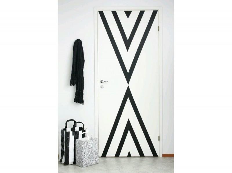 15.decori-su-porta-strisce-diagonale-bianco-nero-adesivi