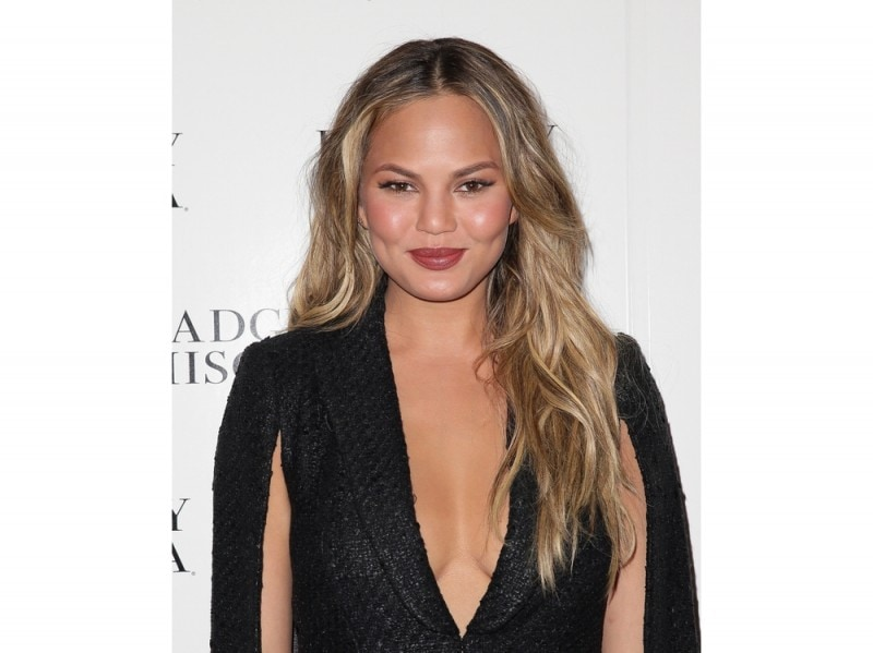 chrissy-teigen-make-up-05
